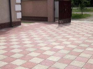 квадратная тротуарная плитка, использование разноцветной плитки